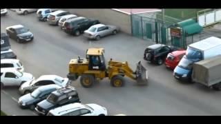 נהג טרקטור מתנגש בעוצמה ברכבים בחניון
