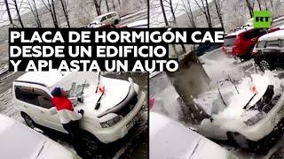 Una placa de hormigón cae desde un edificio y aplasta un auto mientras el dueño limpiaba parabrisas