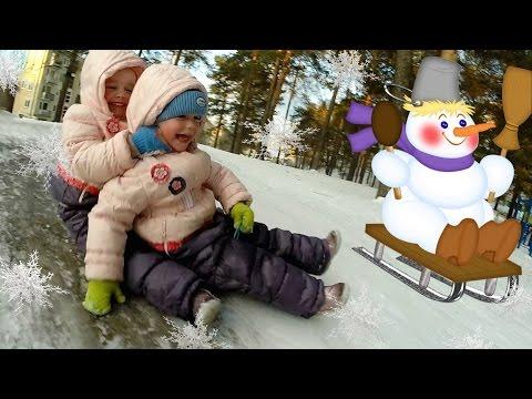 Дети катаются с горки. Зимние детские забавы и игры. Новогодние каникулы. Видео для детей.