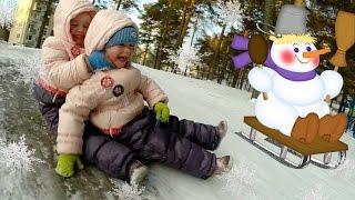 Дети катаются с горки. Зимние детские забавы и игры. Новогодние каникулы. Видео для детей.(Дети катаются с горки. Зимние детские новогодние забавы, развлечения и игры. Катание с горки зимой. Ледяная,..., 2015-12-19T07:21:58.000Z)