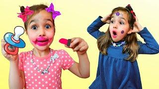 Алиса играет как няня с маленькой сестричкой