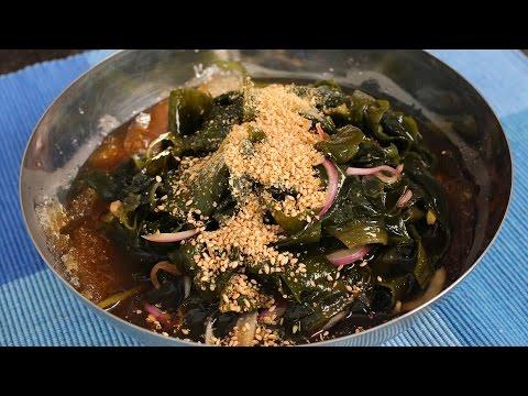 Sweet & sour seaweed salad (Miyeok-muchim: 미역무침)
