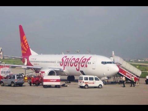 SpiceJet flight emergency landing at Delhi airport I स्पाइस जेट विमान की आपात लैंडिंग एसजी 136