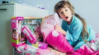 Яна ИЩЕТ ПОДАРКИ под подушкой от Николая Святой Николай принес подарки под Новый Год