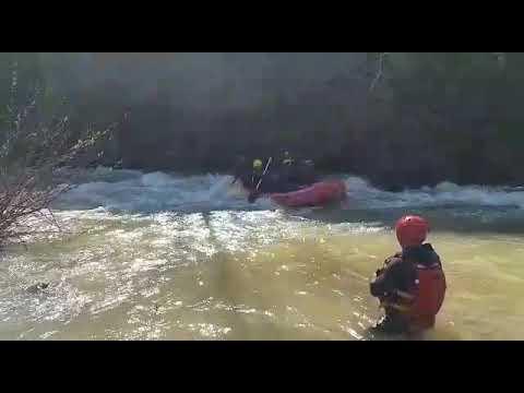 כיבוי והצלה מתרגלים חילוץ שטפונות במים סוערים