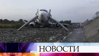 В аэропорту Сочи пассажирский самолет загорелся после посадки.