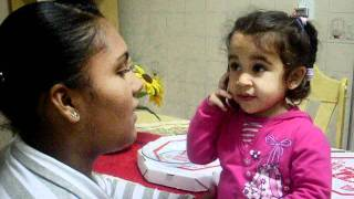 Criança cantando musica gospel - Lara
