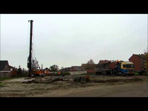 Kennis R40 Ladekran Rollkran lädt Rammpfähle am Bauplatz der Kinderkrippe Emden Borssum ab