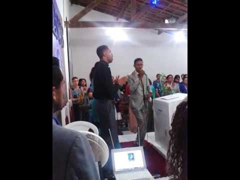 Pastor Cícero Martins louvando
