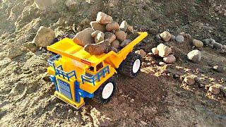 Самосвал везет камни в кузове. Рабочие машинки для мальчиков