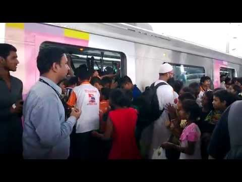 Most Crowded Mumbai Metro Train Full Chaos While Women and Kids Getting In | India 2014 [FULL HD]