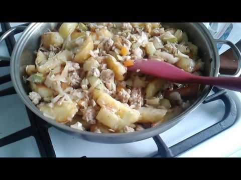Овощное рагу с фаршем , картофелем, кабачками и капустой. Жарим все отдельно.