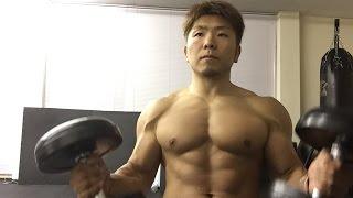 ツイストダンベルベンチプレスを行って、胸筋の働きをさらに高めます。