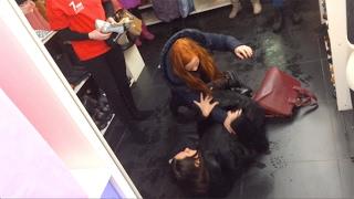 Девушки подрались в магазине обуви