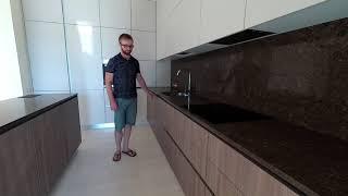Обзор. Угловая кухня с островом под потолок. Фурнитура Blum. Столешница из камня кварц. Кухни киев.
