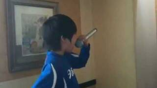 8歳児、「筋肉少女帯」を熱唱