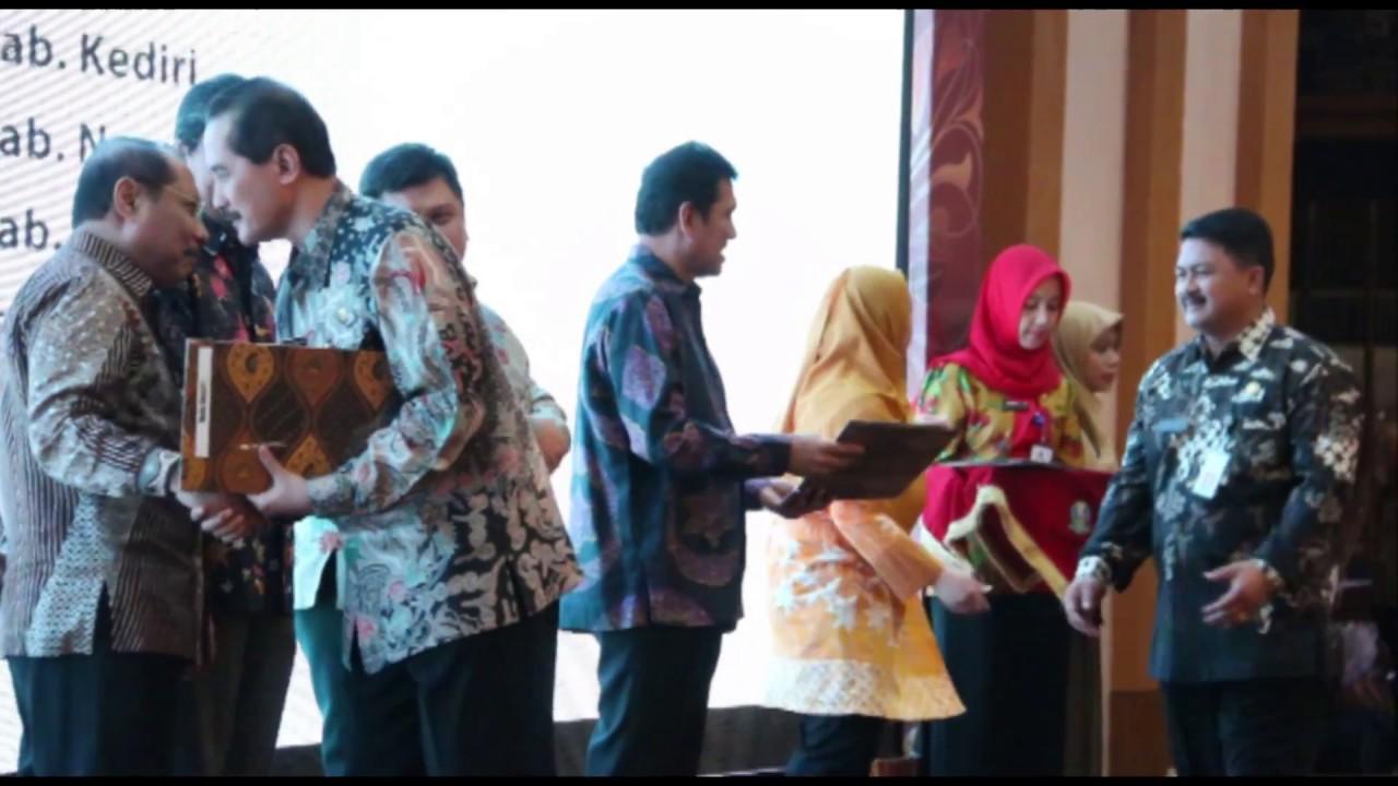 Menteri PANRB Serahkan LHE AKIP 2016 Wilayah Regional II