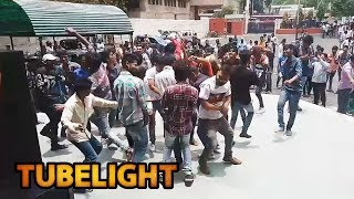 Theatre के बाहर Salman के Fans का हंगामा - देखिये Tubelight CRAZE.