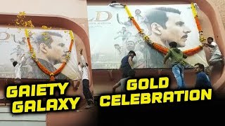 Akshay Kumar's Fans Put A Garland On His GOLD POSTER | Gaiety Galaxy