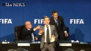 رياضة - فيديو: ممثل هزلي بريطاني يمطر جوزيف بلاتر بنقود غير حقيقية في مقر الفيفا