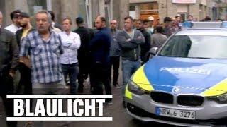 Mob greift Polizisten in Duisburg an - Bis zu 250 Personen!