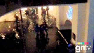 Видео 2. Аквариум в Дубае дал течь.flv(, 2012-03-27T17:28:45.000Z)