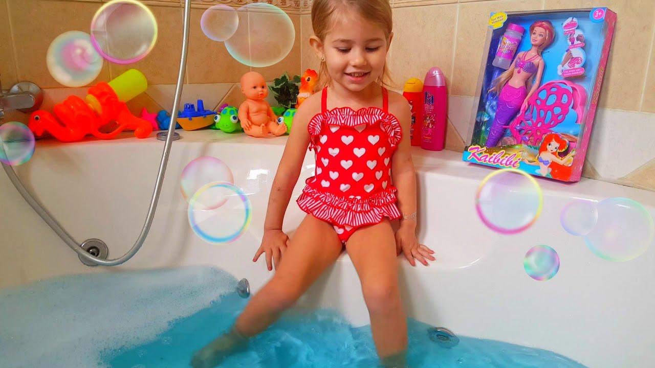 Развлечения в ванной для детей/Русалка выпускает хвостом мыльные пузыри