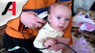 Как побрить голову младенцу? Как подстричь ребенка? Детские стрижки видео.(Как побрить голову младенцу в 8 месяцев? Кому предстоит в скором времени стричь свое маленькое чадо - можете..., 2016-03-26T19:00:02.000Z)