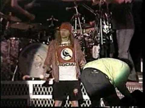 axl stops show because of rain during november rain youtube. Black Bedroom Furniture Sets. Home Design Ideas