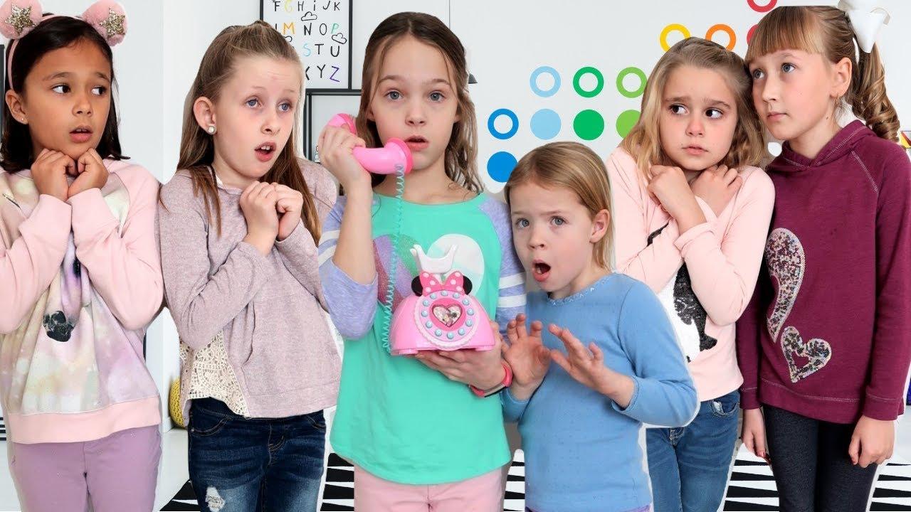 Freunde lösen Hinweise im Toy Master Escape Room video