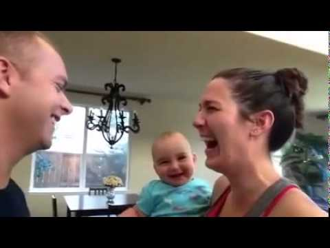 Khi bé thấy bố mẹ hôn nhau.