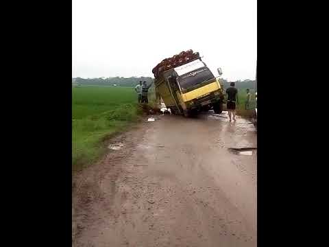 Jalan Rusak Parah yang Viral di Lampung.