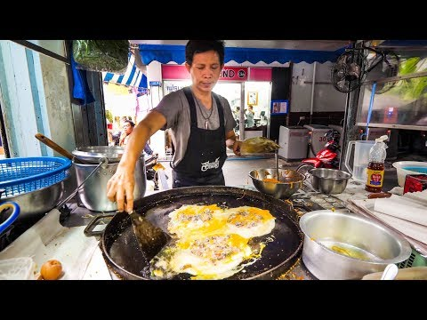 Street Food in Bangkok – Awesome PAD THAI and Instant Noodles on Petchaburi Soi 5!