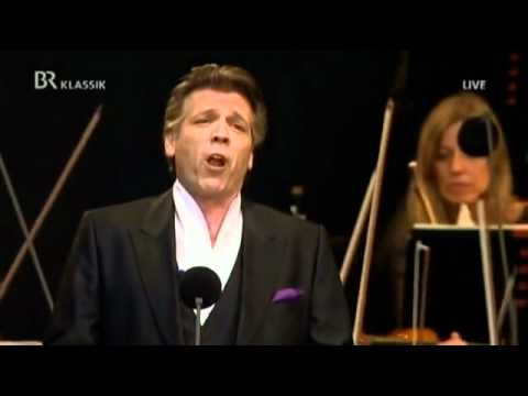 "Thomas Hampson sings ""Dunkelrote Rosen"""