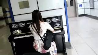 ロンドンのストリートピアノで坂本龍一「メリークリスマスミスターローレンス」 thumbnail