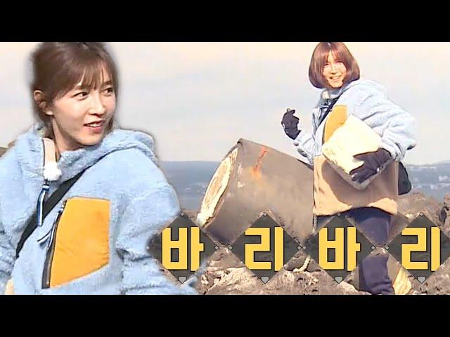 '줍줍력 만렙' 이초희, 정글에서 빛난 물건 주워오기!ㅣ정글의 법칙(Jungle)ㅣSBS ENTER.