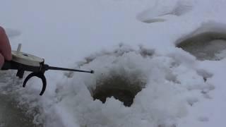 Рыбалка по первому льду с берега, видео rybachil.ru