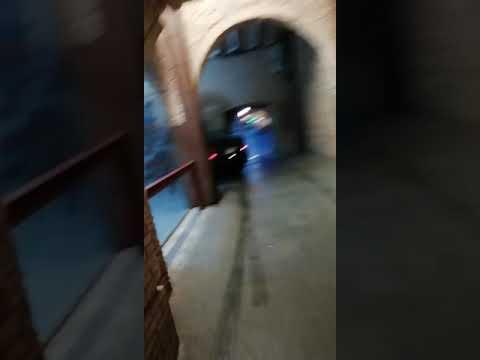 Un coche se cuela por entre los arcos de la casa del Reloj de Tudela