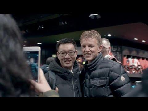 Dirk Kuyt nog altijd mateloos populair in Liverpool! - RTL LATE NIGHT