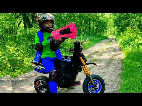 GRANNY vs Den on kids Pocket Bike. Nerf gun game 0+