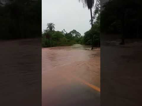 Córrego Dois Irmãos transborda e interdita BR-262 em Aquidauana