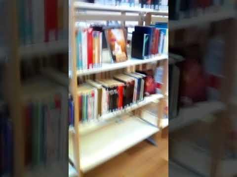 On li le livre de la biblioteque