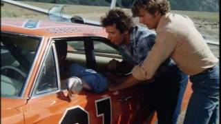 The Dukes of Hazzard - Cooter drives and jumps the General Lee