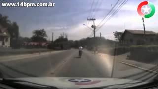 Polícia persegue moto em situação irregular e piloto faz de tudo para fugir