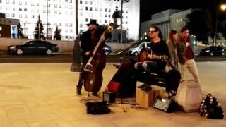Уличные Музыканты Гитара Круто Поют 'Все идет по плану' Гражданская Оборона