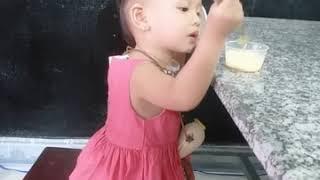 😋 Bé Thỏ ăn bánh flan