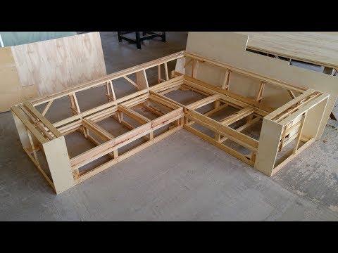 Sofá de canto (fazendo a estrutura)/ Corner sofa.