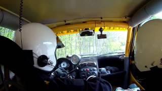 Piloto dirige carro de rally sem volante