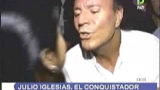Julio Iglesias roba beso a periodista boliviana