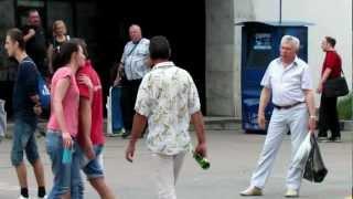 Уличный певец у метро Чертановская